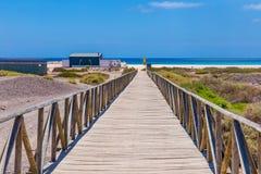 Acesso de madeira à praia de Matorral fotos de stock