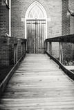 acesso de madeira da porta do Gótico-estilo por uma rampa Foto de Stock