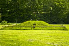 Acesso do monte da grama de uma planta de tratamento de esgotos fotografia de stock royalty free