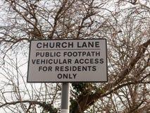 acesso público do passeio da pista branca especial da igreja do polo do sinal de estrada fotografia de stock royalty free