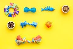 Acessories для холить собаки Еда и игрушки для собак Желтый модель-макет взгляд сверху предпосылки Стоковое Изображение