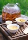 Acessórios da cerimônia de chá do chinês tradicional, folhas de chá na fervura Foto de Stock