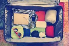 Acessórios do curso em uma mala de viagem Vintage tonificado Fotografia de Stock