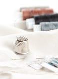 Acessórios Sewing na superfície branca Imagens de Stock Royalty Free