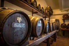 Acetaia - trummor för balsamic vinäger av Modena Arkivbilder