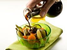 Aceto balsamico di versamento Fotografie Stock