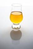 Aceto di Apple in un vetro su bianco Immagine Stock