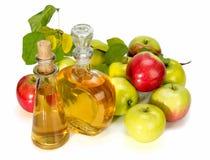 Aceto di sidro di Apple in una nave di vetro e nelle mele rosse e verdi Fotografie Stock Libere da Diritti