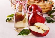 Aceto e mele di sidro di Apple sopra fondo di legno bianco Fotografia Stock Libera da Diritti
