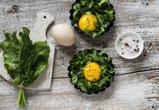 Acetosa ed uova fresche su un fondo di legno leggero Immagine Stock