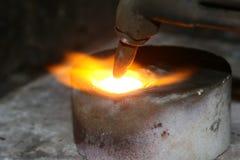 Acetyleentoorts die hete edele metalen neer uitsmelten royalty-vrije stock foto