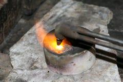 Acetylenfackel, die unten heiße Edelmetalle schmilzt Stockbild
