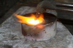 Acetylenfackel, die unten heiße Edelmetalle schmilzt Stockbilder