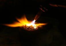 Acetylenfackel, die unten heiße Edelmetalle schmilzt Lizenzfreies Stockbild