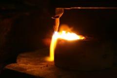 Acetylenfackel, die unten heiße Edelmetalle schmilzt Lizenzfreies Stockfoto