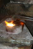 Acetylenfackel, die unten heiße Edelmetalle schmilzt Stockfotografie