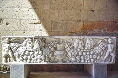 Achado Archaeological Sarcófago fúnebre de Etruscan com bonito Fotos de Stock