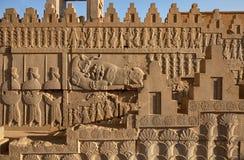 Achaemenid Bas Relief nos painéis laterais da escadaria ao castelo em Persepolis de Shiraz Imagens de Stock Royalty Free