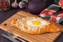 Acharuli Khachapuri 英王乔治一世至三世时期面包乳酪和鸡蛋 库存图片
