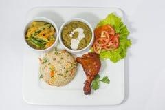 Achary Beef Curry, galinha do BBQ, vegetal indiano da mistura do estilo, nan liso e bandeja de salada verde Fotos de Stock