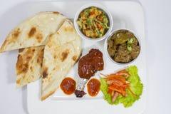 Achary Beef Curry, galinha do BBQ, vegetal indiano da mistura do estilo, nan liso e bandeja de salada verde Fotografia de Stock Royalty Free