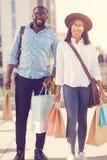 Achat allant de couples gentils positifs Photo libre de droits