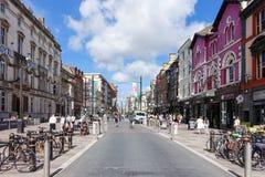 Achat allant de touristes et de gens du pays dans la grand-rue, Cardiff Image stock