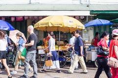 Achat au marché de Thachang Image libre de droits