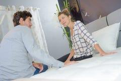 Achat d'un nouveau lit photos stock