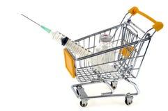 Achat d'un vaccin dans un chariot de supermarché sur un fond blanc images libres de droits
