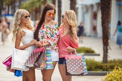 Achat dans la station de vacances pour des voyageuses de femmes Images libres de droits