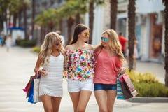 Achat dans la station de vacances pour des voyageuses de femmes Images stock