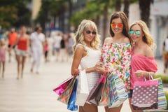 Achat dans la station de vacances pour des voyageuses de femmes Image libre de droits