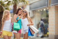 Achat dans la station de vacances pour des voyageuses de femmes Photo stock