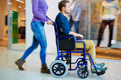 Achat dans le fauteuil roulant Photographie stock