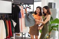 Achat dans le magasin d'habits Image stock
