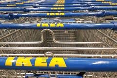 Achat dans le magasin d'Ikea photo stock