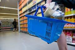 Achat dans le supermarché photographie stock