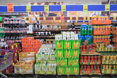Achat dans le supermarket Photographie stock libre de droits