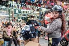 Achat dans le vieux quart de Hanoï Photographie stock