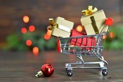 Achat de cadeaux de Noël images libres de droits
