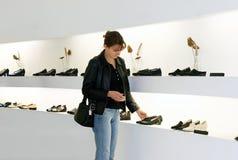 Achat de chaussures photographie stock