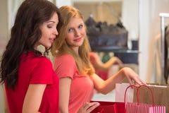 Achat de deux jeunes femmes image stock