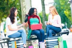 Achat de jeunes femmes Photos stock