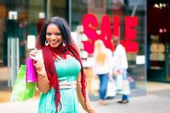 Achat de jeunes femmes Photographie stock libre de droits