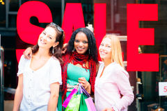 Achat de jeunes femmes Photo libre de droits