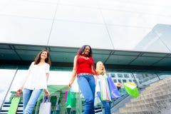 Achat de jeunes femmes Photo stock