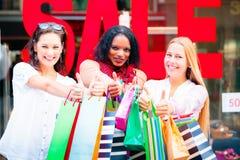 Achat de jeunes femmes Photographie stock