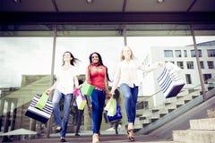 Achat de jeunes femmes Photos libres de droits