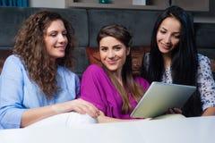 Achat en ligne avec des filles Photographie stock libre de droits